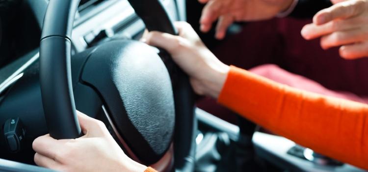 Des véhicules double commande pour les inspecteurs du permis de conduire