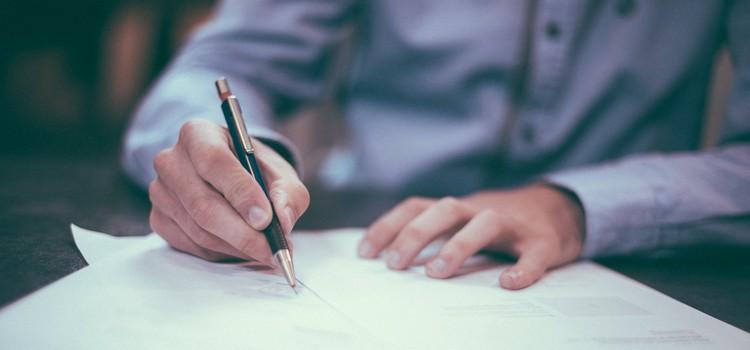 Signer le contrat avec son auto-école